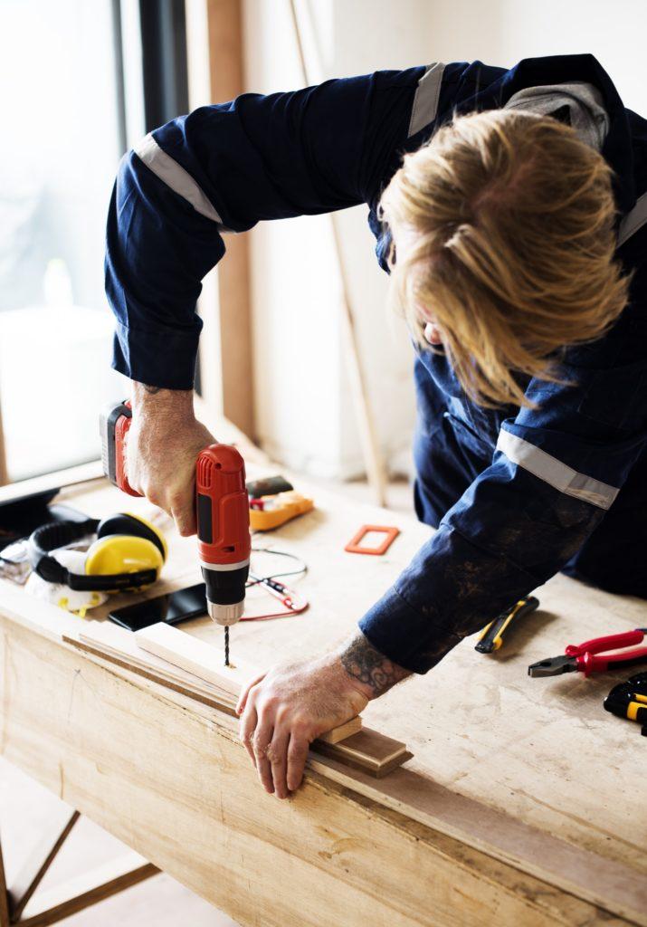 Lej tømrer København. Carpenter working with a wood